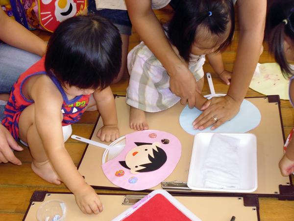 山口県防府市の幼稚園 玉祖幼稚園(たまのやようちえん)子育て支援 にこにこ元気っ子クラブ 平成26年7月にこにこ元気っ子クラブ うちわ作り