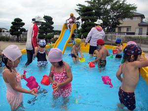 山口県防府市の幼稚園 玉祖幼稚園(たまのやようちえん)子育て支援 にこにこ元気っ子クラブ プール風景