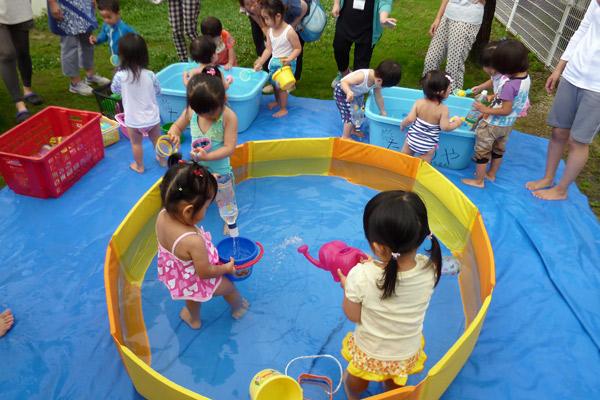 山口県防府市の幼稚園 玉祖幼稚園(たまのやようちえん)子育て支援  にこにこ元気っ子クラ 平成27年7月にこにこ元気っ子クラブ 水遊び